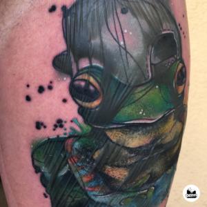 wydzielina (osocze) pod opatrunkiem ze stanem zapalnym podczas gojenia tatuazu