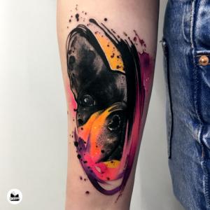 Pomarańczowy tatuaż akwarelowy połowy głowy buldoga francuskiego