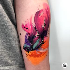 Pomarańczowy tatuaż akwarelowy małej rybki