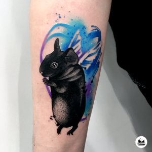 Niebieski tatuaż akwarelowy świnki morskiej skinny lecącej na skrzydłach anioła