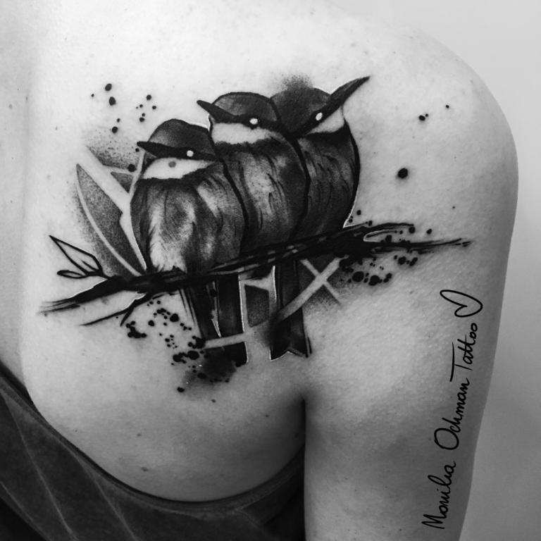 Tatuaż czarny trzech ptaków siedzących na gałęzi