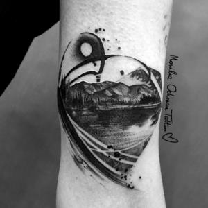 Tatuaż czarny graficzno-malarski pejzaż gór