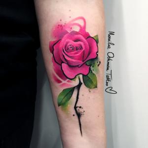 Tatuaż różowej róży z łodygą na przedramieniu
