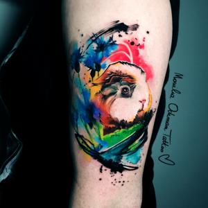 Piegi na tatuażu akwarelowym świnki morskiej